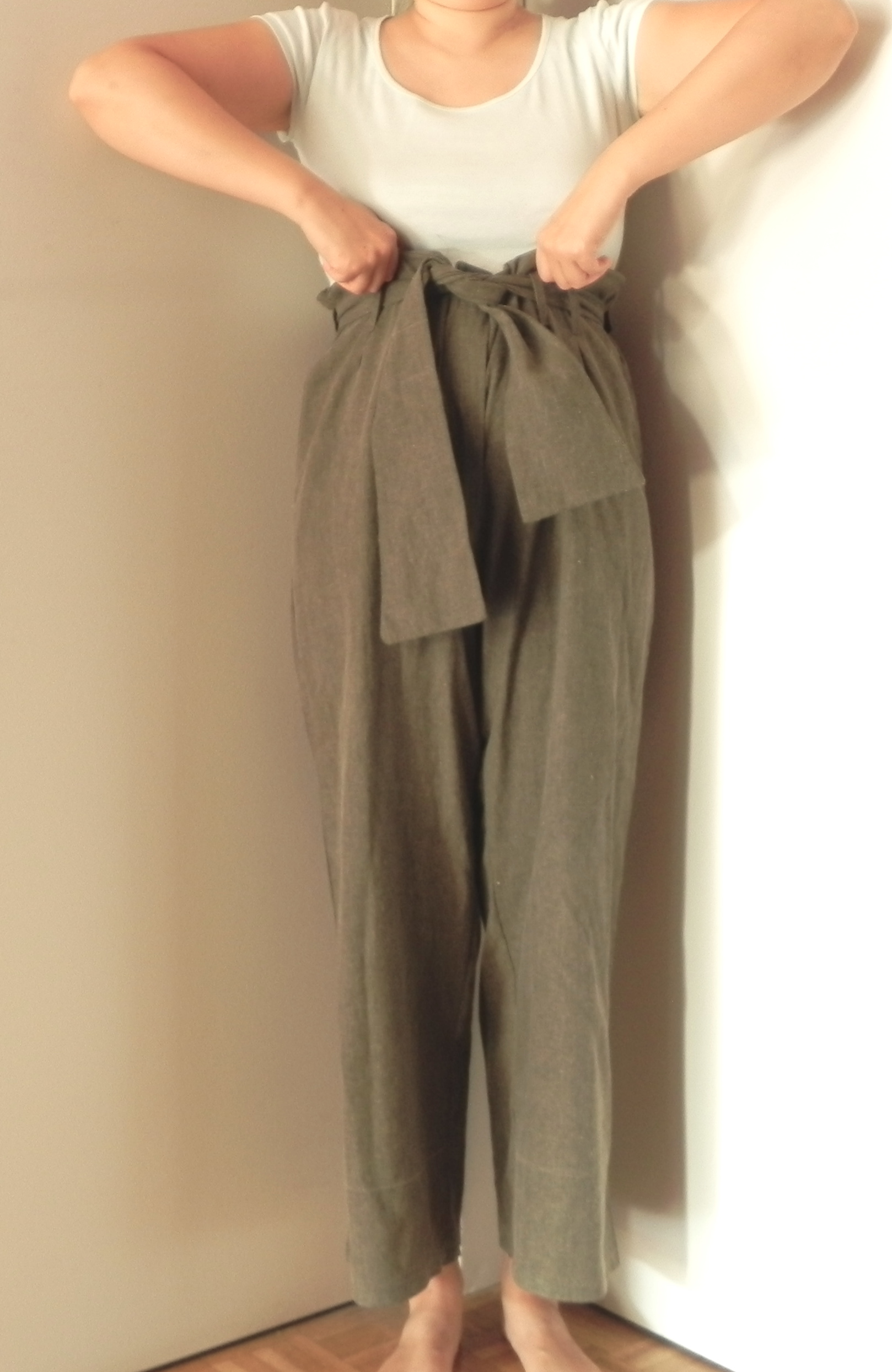 Pantalon lin kaki ceinture remontée